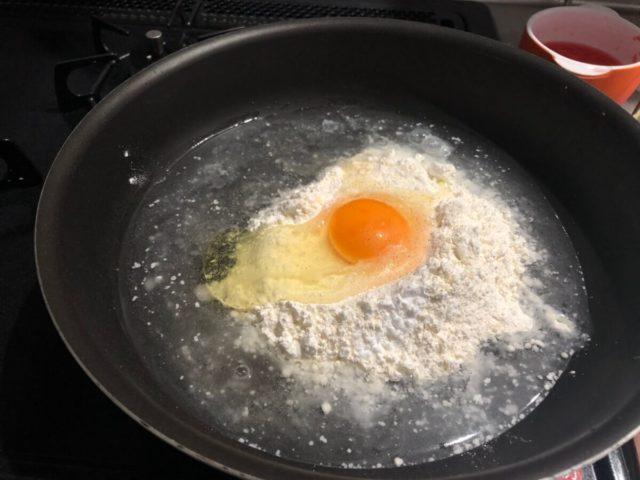 お好み焼きの生地に卵を入れる