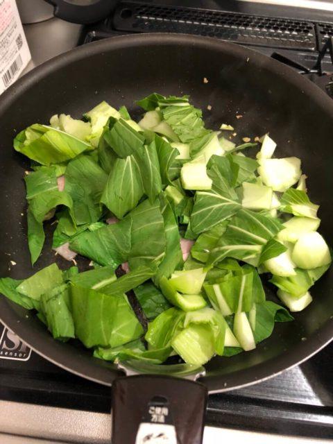 チンゲン菜を炒める